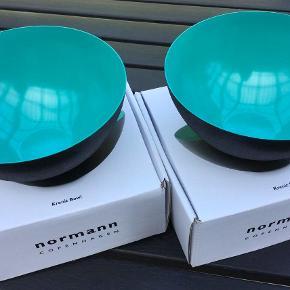 De kendte krenit skåle fra Normann Copenhagen. 12,5 cm i diameter foroven. Aldrig brugt og stadig i original emballage. Farve: Grøn og sort Oprindelig købspris for begge : 400 kr. Sælges samlet. Kan sendes for købers regning med DAO for 39,-