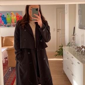 To delt frakke fra Envii, str M Kan bruges som både frakke og vest  Brugt meget lidt   (Sælges kun ved rette bud)