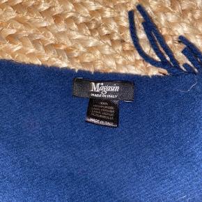 Mørkeblåt tørklæde i 100% uld fra magasin. Tørklædet er ca. 170 cm langt og ca. 31 cm bredt.