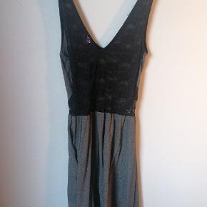 Kjole fra h&m. Har klippet mærket ud, men mener at det er en stor small. Der er nogle elastikker, der er blevet læse og er synlige - derfor den billige pris