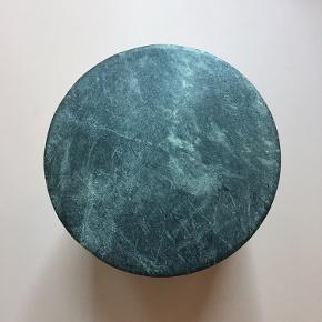 Smuk krukke med låg i grøn marmor, som er købt i Sinnerup. Den er 10,5 cm høj og 10 cm bred. Den har bare stået i vindueskarmen, men der har ikke været noget i den.