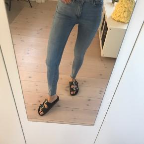 Fede jeans fra Mango i str 36. Højtaljede. Meget flot stand!   Pris: 150 kr  BYD GERNE  Tjek også mine andre varer☺️💐🌞