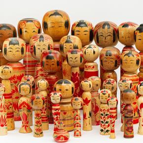 Kokeshi dukker. 1960 - 1985 vintage Japanske Kokeshi dukker i træ. Flotte dekorative og originale, købt i Japan.  Oprindeligt var de tiltænkt som legetøj, men har siden udviklet sig til souvenirs og endda samle objekter.   De store måler ca 25 cm. Enkelt pris 200 kr. De små er ca 8 cm. Enkelt pris 100 kr.  Send evt bud. Lager haves