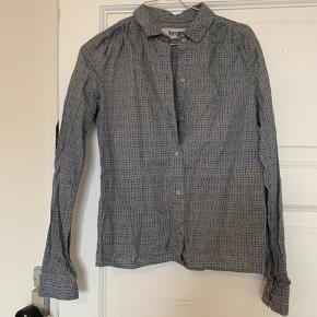 Fin Skjorte fra Bruuns Bazaar. BYD gerne. Spørg for flere billeder på.   -køber betaler fragt.