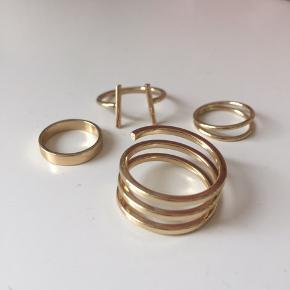 Guldfarvede ringe fra gina tricot 2 af dem skal sidde yderst på fingrene