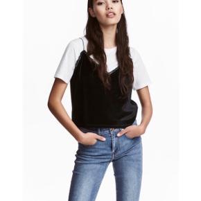 H&M sort top i velour med blondekant   størrelse: 36   pris: 50 kr   fragt: 37 kr