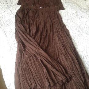 Brand: Silkekjole Varetype: silkenederdel og top, fest sæt Størrelse: Medium/ large Farve: Brun  Smukkeste silkekjole/ nederdel og top  100 % silke... som nyt  Nederdel længde: 97 cm  Eleastik i talje   Længde på top ffa skulder og ned: 58 cm