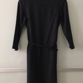 Kjole i uld Den lille fine snor der holder bæltet mangler i højre side. Har ingen betydning