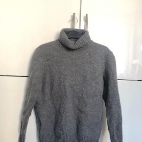 Dejlig grå strik med rullekrave fra mande afdelingen i Zara. Den er krympet så den passer en xs-s, men det er en medium. Næsten ikke brugt.