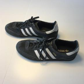 Adidas sneakers mrk. Jeans. Str. 42 2/3.  Brugt 1 gang.   Sneakers Farve: Blå Oprindelig købspris: 750 kr.