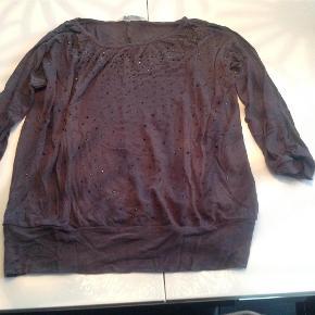 Varetype: Smart bluse med lyserøde palietter og 3/4 ærmeFarve: Koks Grå  Smart bluse med palietter og 3/4 ærme i str. 170.  Den er i den gode ende af god men brugt, se billede.  Mindsteprisen er kr. 50+ Porto.  Jeg bytter ikke.