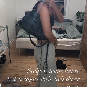 Sælger min elskede balenciaga city taske. Brugt meget, så den er blevet lidt slidt i læder, hvilket bare giver den en fed og rå look! men stadig meget flot.  Sælger udelukkende pga jeg har købt en ny, så synes den skal have en nyt hjem❤️ Mp 3000kr