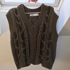 Super cool strikket vest fra Zara, som kun er brugt to gange.  Strikken sælges ikke længere hos Zara. Den fitter alt fra en XS til en M.  Skriv endelig for flere billeder eller eventuelle bud:))  - Røgfrit hjem.  Jeg forbeholder mig selvfølgelig retten til ikke at sælge, hvis rette bud ikke opnås.   #Secondchancesummer