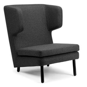 Den er super lækker og dejlig stol og tage et hvil i.  Kostede 10.000 kr den gang den blev lancerede i butikken.  Man kan godt sove i den😆