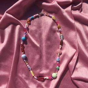 🧼🍬HÅNDLAVET HALSKÆDE🍬🧼 slik-inspireret halskæde med massere af pastelfarver (spørg om mål) 80,- inkl. med postnord, men er frisk på at handle gennem tradono:)  kvalitetstråd & lås af forsølvet messing   tjekkiske glasperler, miyukiperler / seed beads & ægte ferskvandsperler  skriv ved interesse eller spørgsmål 🤍 og tjek min instashop ud @perlebikzen