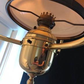 Stor super fed petroleums lampe lavet om til 230v skærmen er fra Holmegaard Den er ca 75cm høj og 45cm bred