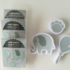 Mintgrønne cut-outs i tykt papir. Kan bruges til bla børnefødselsdag eller barnedåb.  - 15 stk balloner - 15 stk poter - 21 elefanter