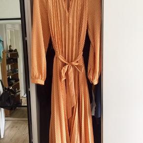 Mega fin kjole fra &other stories i fin orange med bindebælte i taljen og fin detalje ved halsen.  Fejler ikke noget men får den bare ikke brugt.  Nypris: 700,-