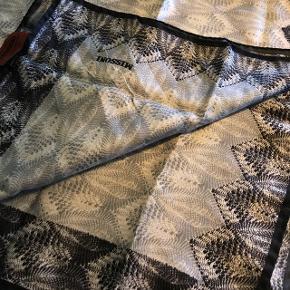 Sælger mit fine tørklæde fra Missoni. Købt i Barcelona for et par år siden. Sælger da jeg aldrig får det brugt. Np: 700kr. Byd! Tørklædet er kvadratisk og måler 85cm på hver side:)