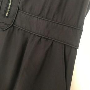 Flot mørkegrå kjole med lommer i siderne og elastik bagpå i livet. Med lynlås i siden. Desværre for lille.  Måler 92,5 cm i længden, 2x49 cm over barmen og 2x42 cm i livet (kan give sig flere cm pga elastikket) Nypris 1200 kr.  Modellen hedder Balou Str 40.   Kig gerne mine andre annoncer, giver gode mængderabatter 🌸