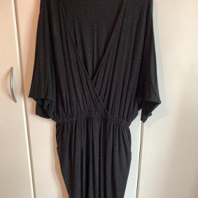 Mørkegrå kjole med en super flot udskæring