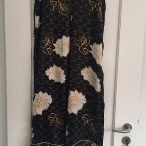 Cool pyjamas sæt.  Sort med guld og hvide blomster.  Skjorte str 38 Bukser str 42 Brugt ganske lidt.  Byd