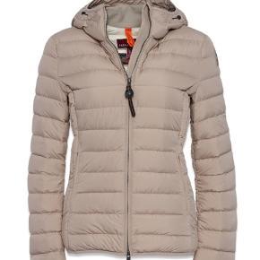 Super fin beige/lysegrå super light weight jakke sælges. Brugt sparsomt. Aldrig blevet vasket. Er normalt en str. S.