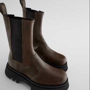 Overvejer at sælge dennne udsolgte Zara støvle i str.36, hvis rette bud opnås. Bud starter fra de 999 kr 🤍😁