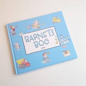 Barnets Bog til baby - en mindebog om barnets første leveår. Måler 23 × 27 cm og indeholder 40 sider. Helt ny og ubrugt. Sendes gerne på købers regning 😊