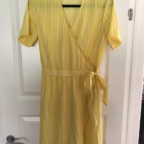 Dejlig gul og hvid stribet kjole
