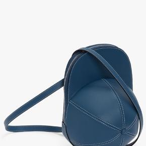 Ny med tags. Fra nyeste sæson. Dejlig let som alle andre jw Anderson tasker ☀️ Dustbag medfølger.  Denne taske er unisex og derfor slået op 2 gange.