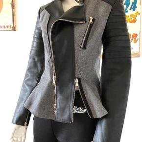 Så smuk læder jakke fra 3.1 Phillip Lim fra runaway collection i 2015. Den er lavet af kalvelæder og uld.  Har brugt den højst 4-5 gange, er som ny og aldrig brugt.  Byttes ikke.