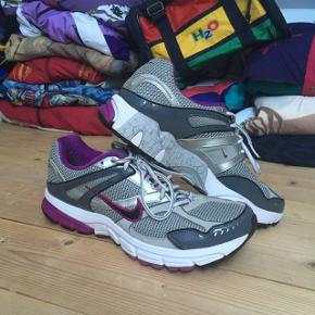 Lækre retro Nike sneakers. De er i god stand.  Skoene er 42 og vil garenteret få alle dine venner til at misunde din fede vintage stil!   Se også mine andre annoncer med retro trøjer, jakker og tasker fra f.eks. H2O, Nike og adidas 😉