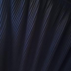 Skøn plisseret nederdel fra Moves i dejlig blødt satinlignende stof med diskret lynlås i siden. Utroligt rar at have på!
