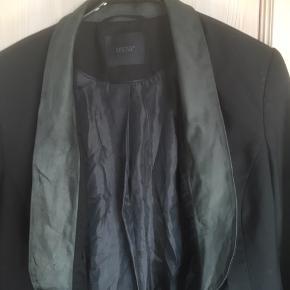 Mærke: Gestuz   størrelse: 36 .  Farve: sort Jakke: Et flot snit med en grønlig skind kant som sidder indvendig.  Stand: Jakken er som ny  Pris 180 kr