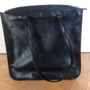Sælger denne taske fra Esprit. God med brugt nogle gange  Byd