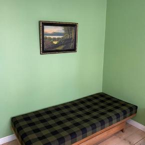 Lækker Daybed/Sofa af Børge Mogensen med stel i egetræ. Orginal springmadras med orginal stof som fremstår med lidt slid. Stor skuffe under til opbevaring.    B: 193, D: 83, H:75
