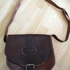 Jeg sælger denne fine taske i ægte læder :-)