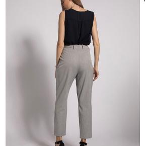 Lysegrå bukser fra Vero Moda str S/32.  Brugt to gange og er som nye. Sælger dem også i beige og sort (de beige er aldrig brugt, stadig med mærke)