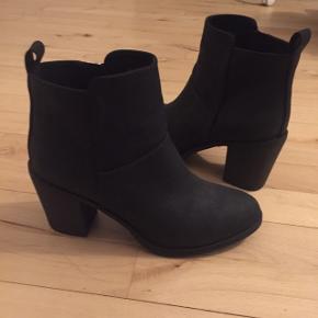 Støvler med hæl fra H&M i sort med sølv lynlås på indersiden. Aldrig brugt.  Køber betaler selv for forsendelse.