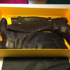 Varetype: Støvler Størrelse: 40.5 Farve: mørke brun Prisen angivet er inklusiv forsendelse.  Fantastiske støvler i rigtig lækker lædder