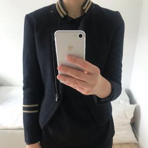 Blazer fra H&M til salg i mørke blå farve med guld detaljer.