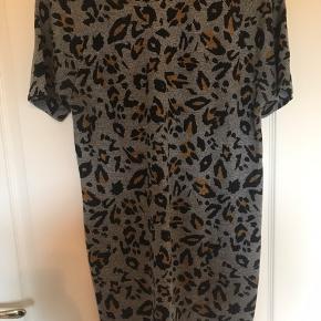 Rigtig flot kjole. Formsyet så går ind i taljen. Kjolen stof er strikket. Ved køb af flere ting kan der fåes rabat. Sender gerne på købers regning. Spørg for flere billeder.