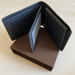"""Super lækker """"Amerigo Wallet"""" Cowhide Leather fra Louis Vuitton! 💙  - 8 kortrum  - møntlomme  - transparent kørekortlomme mm.   Æske og dustbag medfølger  Fremstår som helt ny og er kun brugt få gange🦋"""