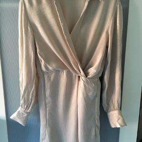 Super smuk kjole. Kun brugt 2 gange. Mindstepris 50 kr pp. Bytter ikke.