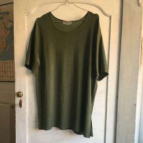 Flot, grøn oversized t-shirt i dejligt elastisk stof ♥️