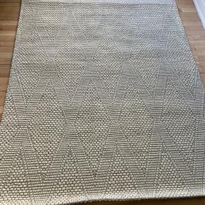 Helt nyt tæppe fra Ellos fejlkøb   Skal afhentes eller kan køres i kbh område   Længde : 196  Brede : 140