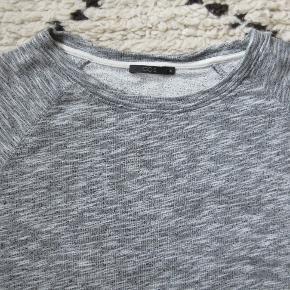 Grå sweatshirt i A-facon i lækker kvalitet. Brugt få gange. Nypris 490,- Bytter ikke.
