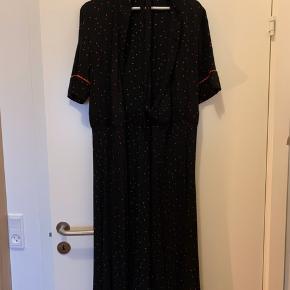 Den klassiske slå-om kjole fra GANNI i sort med røde prikker korte ærmer. Fejler intet