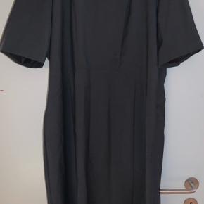 Lækker klassisk kjole i str 46. Svarer dog til str 44. Brugt en enkelt gang. Ingen skader eller andet.